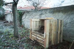 Photo du bac à compost dans le jardin de l'association un Guidon dans la Tête.