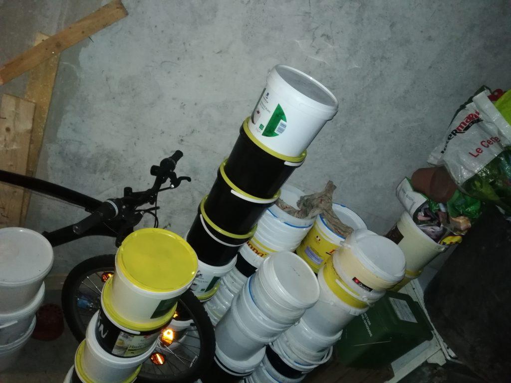 Stockage des seaux vides et pleins et du vélo de l'association prêté aux adhérents.