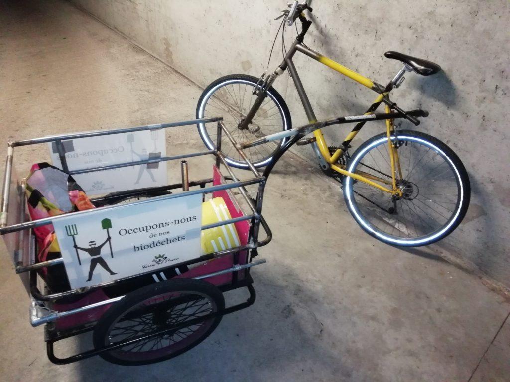 Remorque utilisée pour la collecte des biodéchets, avec le vélo d'un des adhérents.