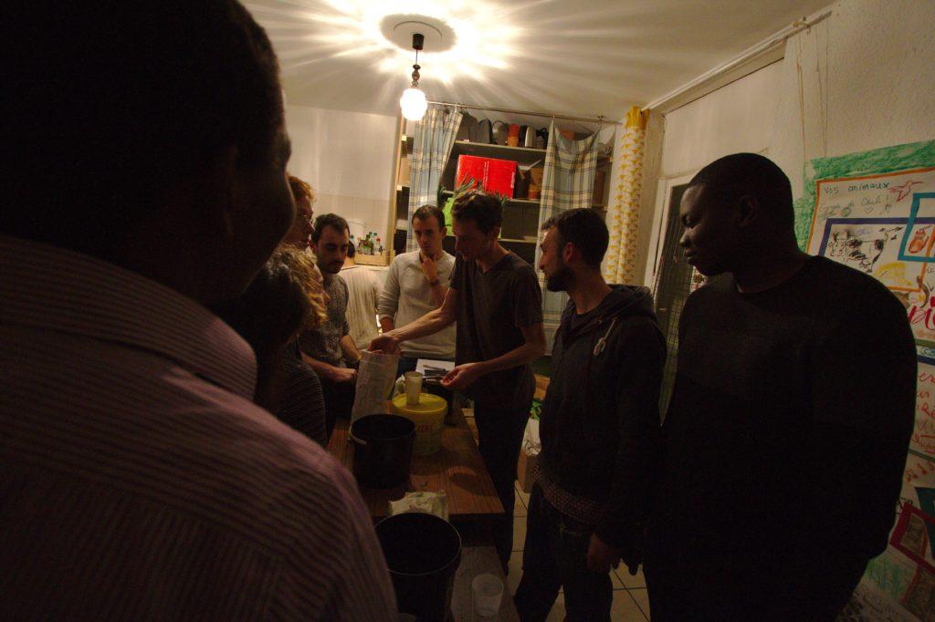 Groupe des participants à l'atelier Seed bombs autour de la table.