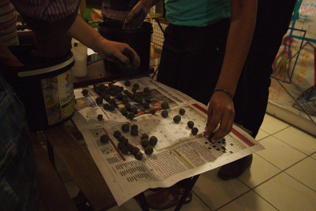 Seed bombs déposées sur du papier journal.