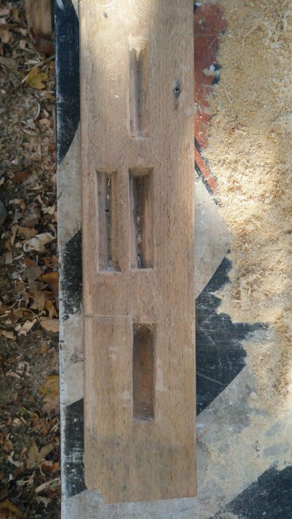 Photo de la planche ou l'on distingue plusieurs gabarits pour des chevilles de différentes tailles et formes.