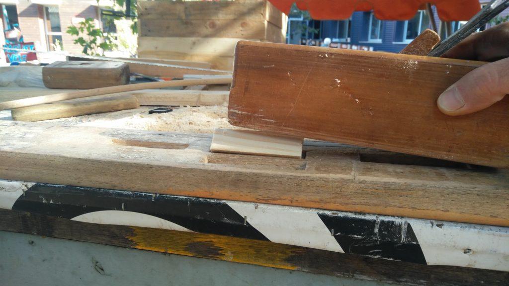 Positionnement du rabot pour commencer à diminuer la pièce de bois