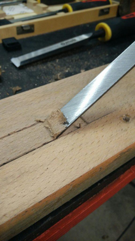 Vue du la partie planche du ciseau à bois en train de tailler la forme.