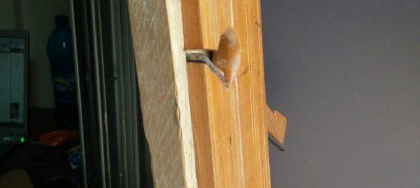 Vue du rabot incruster dans un gabarit pour permettre de creuser des rainures sur la tranche d'une planche