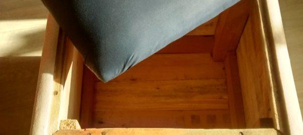 Photo d'un caisson pouf isolé avec son coussin pour l'assise