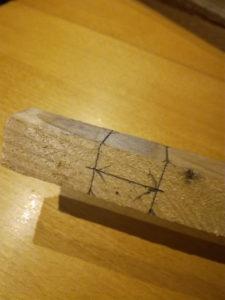 Tracé sur l'élément de section carrée pour la réalisation du mi-bois pour le jeu Bomboléo.