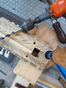 Perçage des planches pour l'accueil des chevilles.