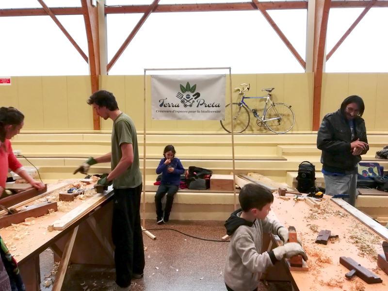 Atelier utilisation de vieux outils à bois pour la construction d'un composteur à Aulnat.