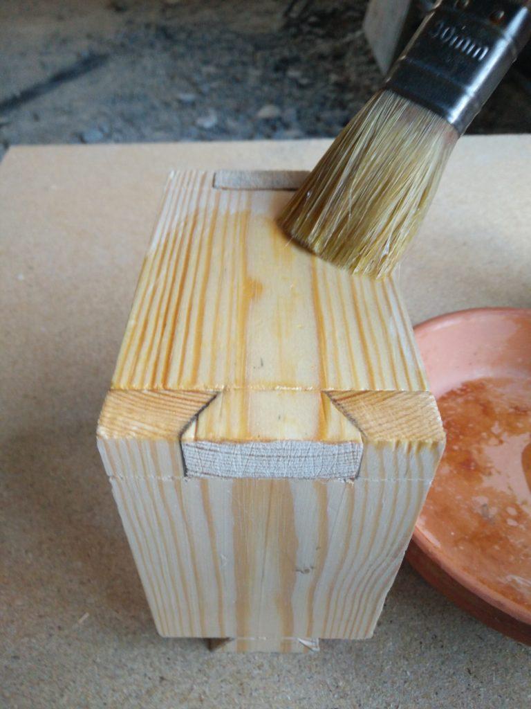 Application de l'huile de Lin pour protéger mais aussi matifier le bois