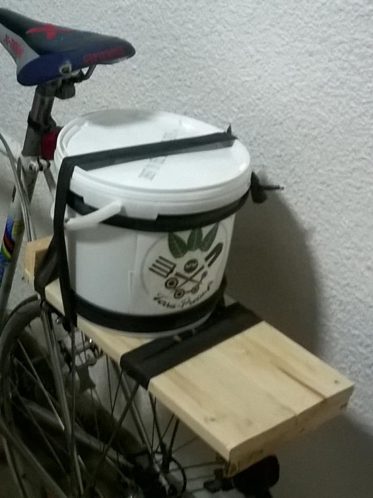 Fixation du couple de seaux sur le vélo des biowoman et bioman de proximité