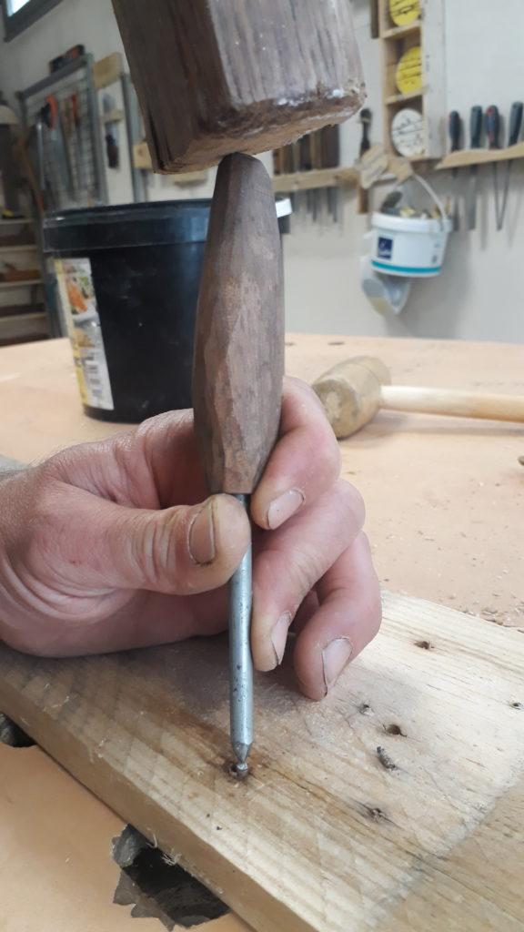Utilisation d'un chasse-goupille pour extraire le clou