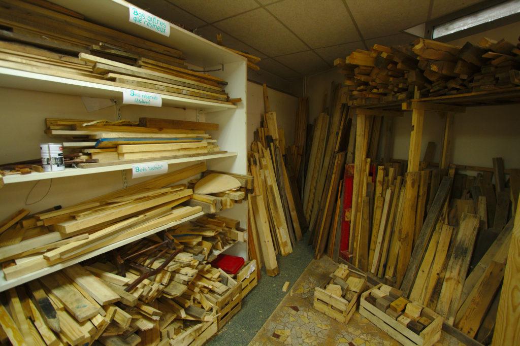 Vue de l'espace de stockage du bois dans l'atelier bois coopératif.