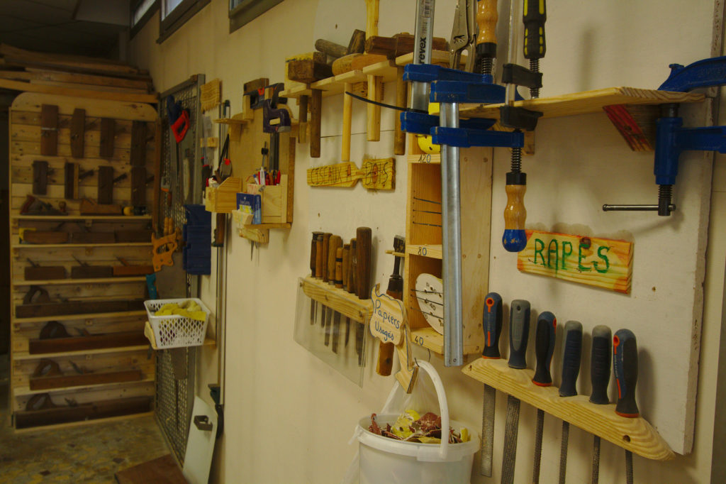 Vue des outils (lime, serre-joint, maillet...)