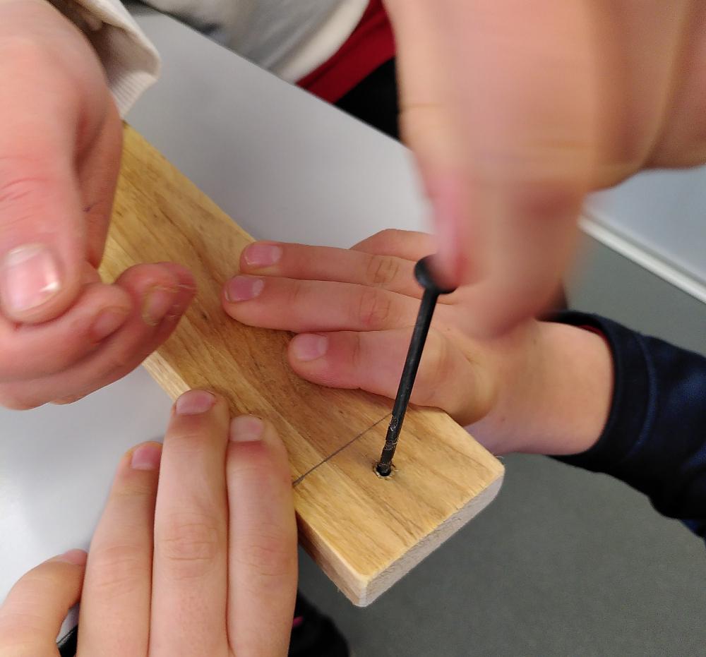 Percer les planches avec la vrille.