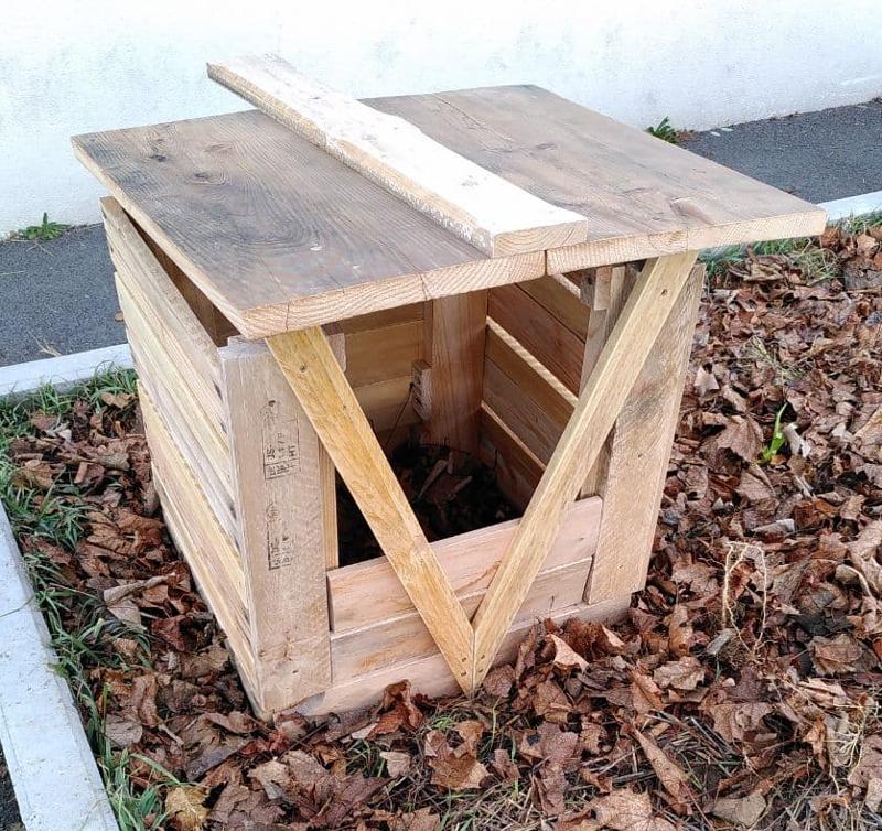 """Le bac terminé ! (Ici la """"béquille"""" du toit permet de le maintenir le bac à compost en position ouverte.)"""