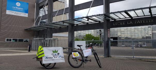 Photo prise davnt l'entrée du Lycée présentant les différents logos des partenaires de l'événement