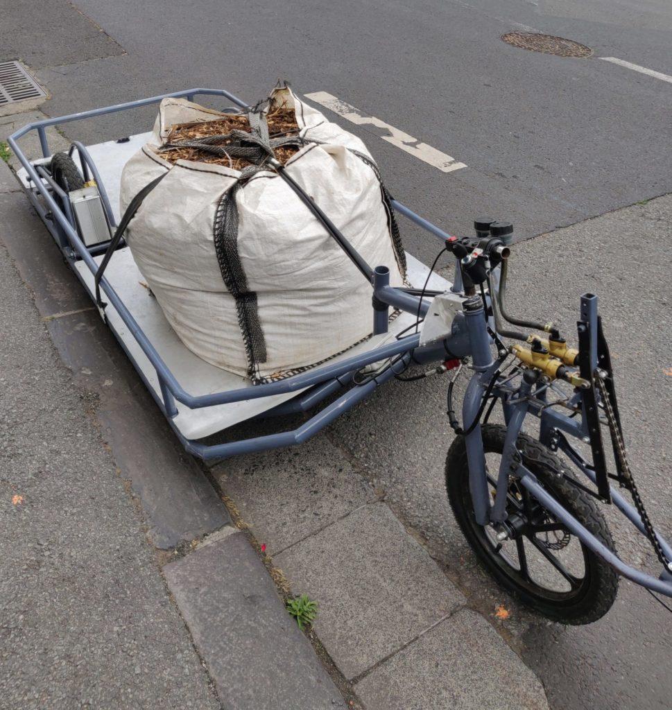 Vue de la remorque transportant le broyat